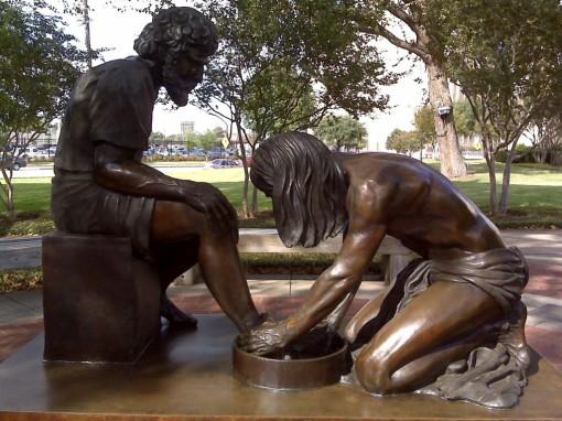 Jesus washing feet (statue)
